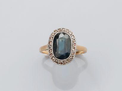 Bague en or jaune , 750 MM, ornée d'un saphir ovale dans un rang de diamants taille...
