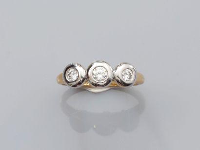 Bague deux ors, 750 MM, ornée de trois diamants...