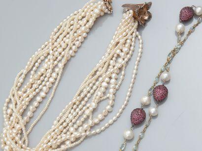 Lot : Sautoir chaîne et perles de culture...