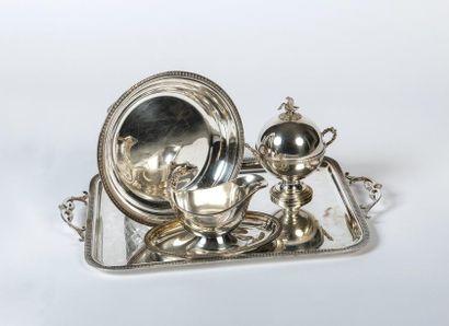 Lot de plateaux en métal argenté  comprenant?:...