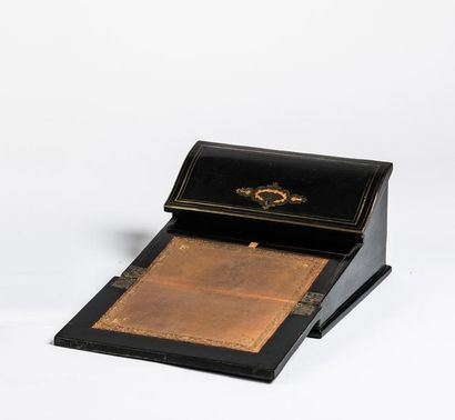 Écritoire  en bois noirci et décor à incrustations...