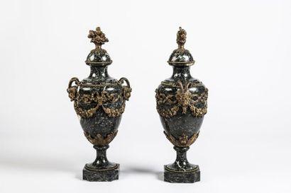Paire de vases couverts en marbre vert de...