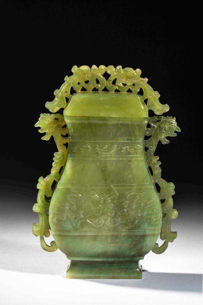 Vase archaïsant couvert ciselé en ajours...