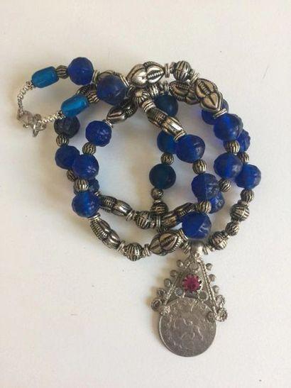 Collier recomposé selon la tradition de perles...
