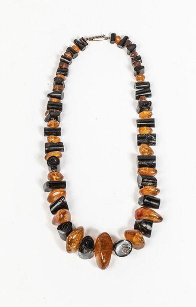Collier composé de perles d'ambre et de corne...