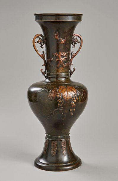 Vase balustre sur piédouche moulé au col...