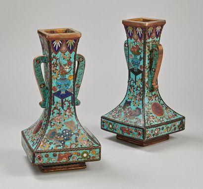 Paire de vases quadrangulaires à haut col...