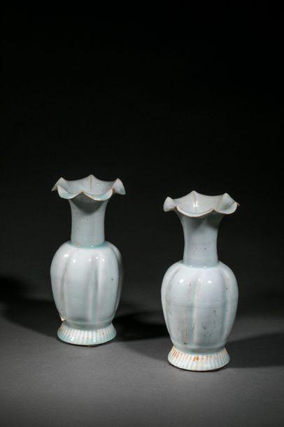 Paire de vases d'offrande Qinbaï sur piédouche...