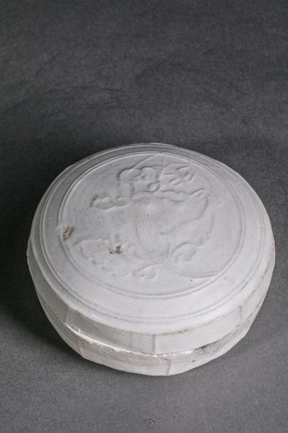 Boîte oblongue couverte Qinbaï en fin grès...