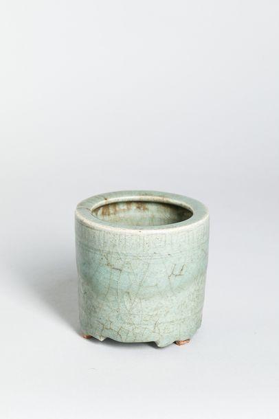 Porte pinceau tripode en porcelaine à glaçure...