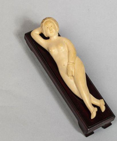 Femme médecine figurée nue allongée. Ivoire....