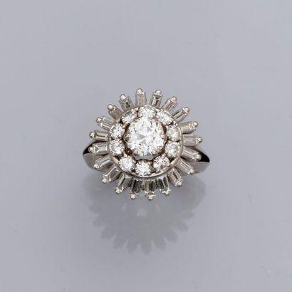 Bague en platine 900 MM, centrée d'un diamant...