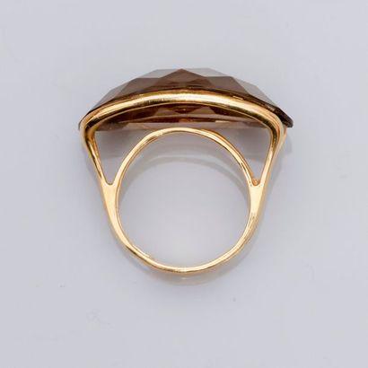 Bague originale en or jaune, 750 MM, sertissant un quartz fumé briolette en sertissure...