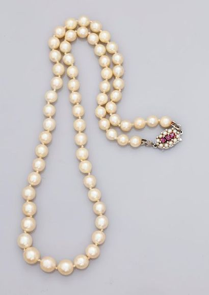 Collier de perles Akoïa en légère chute,...