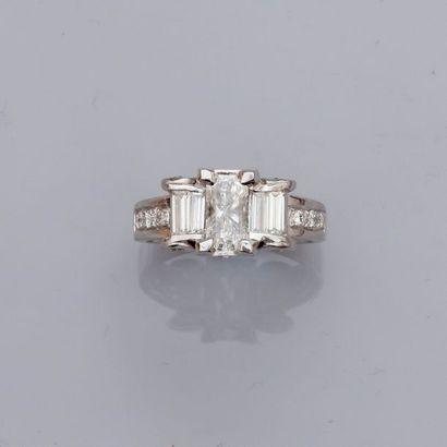 Bague en or gris, 750 MM, ornée d'un diamant...