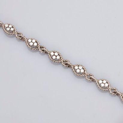 Bracelet formé de sections en mailles torsadées...