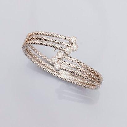 Bracelet original formé de trois liens rigides...
