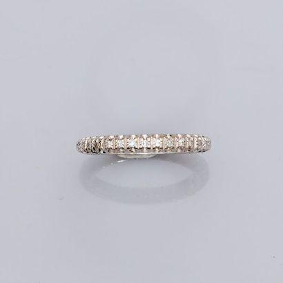 Alliance en or gris, 750 MM, soulignée de diamants, a été agrandie.   ...