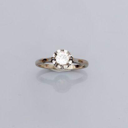 Bague solitaire en or gris, 750 MM, ornée d'un diamant taille brillant pesant 0,35...