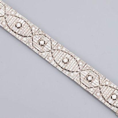 Joli bracelet plat, articulé en or gris,...