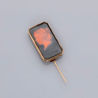 Epingle - broche en or rose, 585 MM, arborant un profil de femme en « fixé sous...