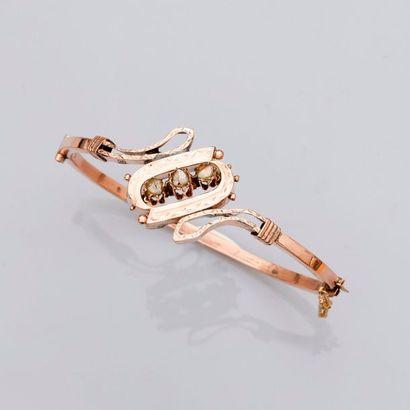 Bracelet rigide ouvrant en or rose, 750 MM, centré d'un motif ajouré centré de trois...