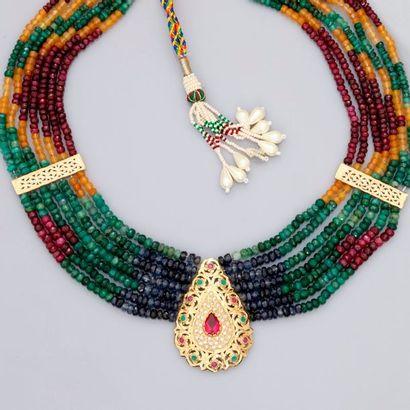 Collier Indien formé de fils d'émeraudes,...