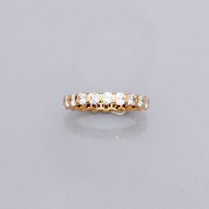 Alliance modèle Chirolle en or jaune, 750 MM, soulignée de diamants.   ...