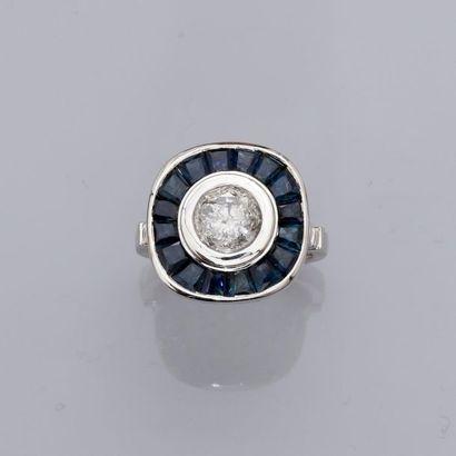 Bague en or gris, 750 MM, centrée d'un diamant...