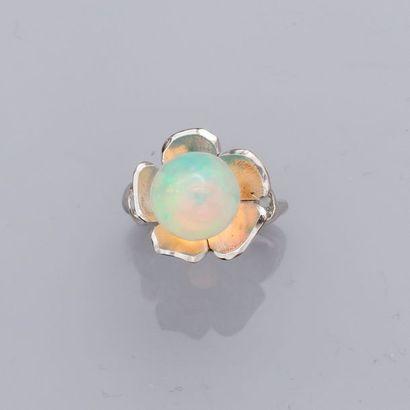 Bague en or gris, 750 MM, centrée d'une perle...