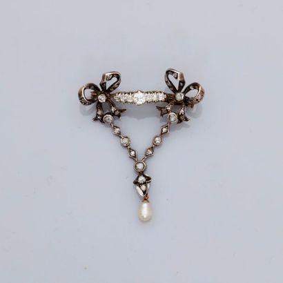 Charmante broche de corsage à décor de rubans...