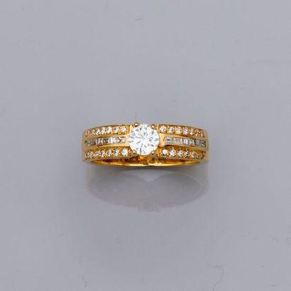 Bague « anneau » en or jaune, 750 MM, centrée...