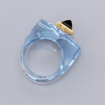 Bague bleu pâle, centrée d'un saphir « Pain de sucre » serti d'or jaune 750MM  ...