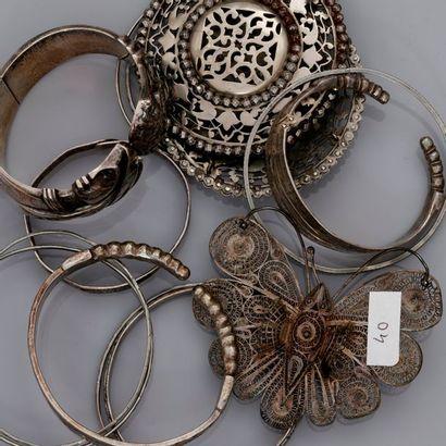 Lot : Bracelet argent et fibule en métal,...