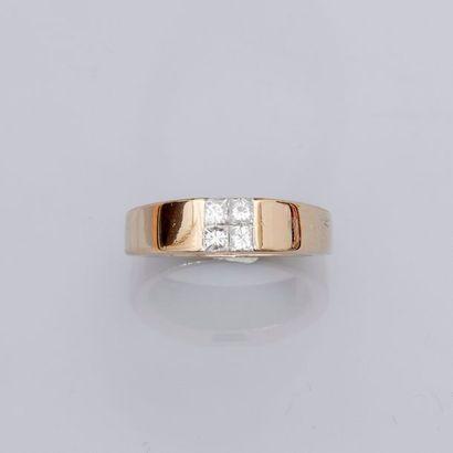Bague jonc en or gris, 750 MM, centré de quatre diamants taille princesse simulant...
