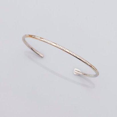 Bracelet ovale , rigide, ouvert en or gris, 750 MM, orné de neuf motifs diamantés....