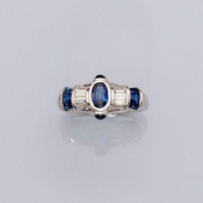 Bague en or gris, 750 MM, ornée de saphirs et diamants taille baguette.   ...