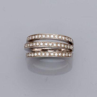 Bague dessinant trois anneaux d'or gris...