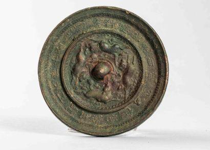 Miroir circulaire en bronze décoré d'un fond...