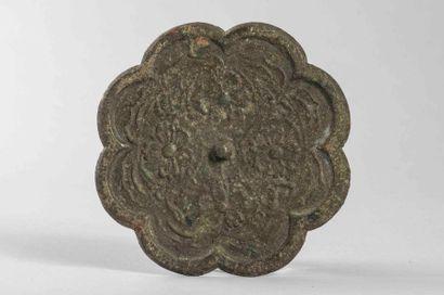 Miroir polylobé en bronze décoré d'un fond...