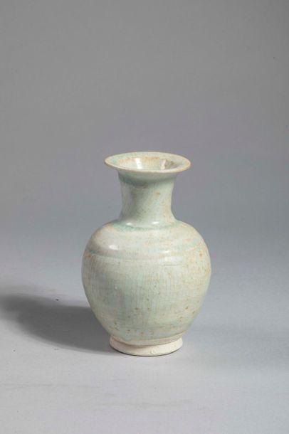 Petit vase globulaire Qinbaï en fin grès...
