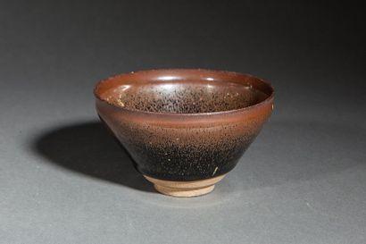 Coupe temoku en fin grès porcelaineux à glaçure...