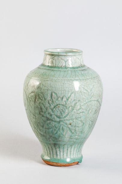 Vase balustre à large épaulement et petit...