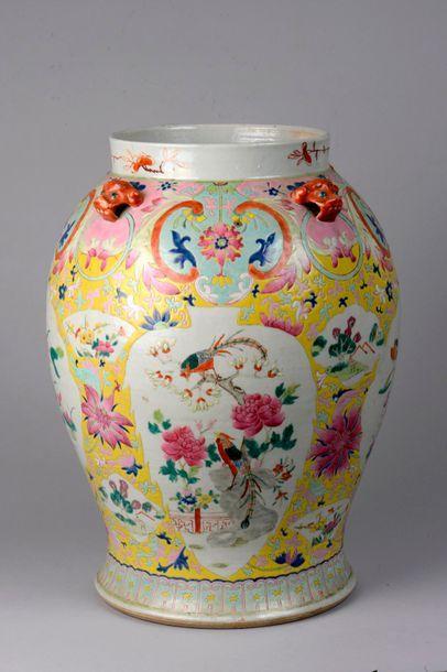Potiche en porcelaine famille rose décoré...