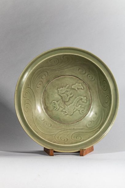 Plat en épaisse porcelaine du longquan à...