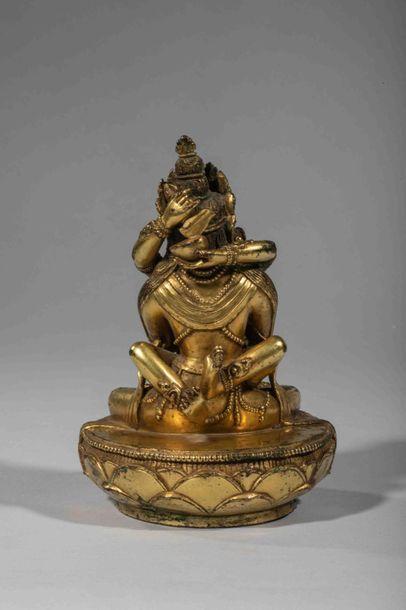 Vajradara assis en posture Yabyum avec sa parèdre , tendrement enlacés, lui les...