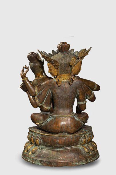 """Uma Mahesvara illustrant Shiva """"Trimurti """"sous trois aspects tenant Parvati sur..."""