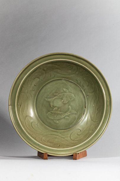 Plat en épaisse porcelaine du Longquan décorée...