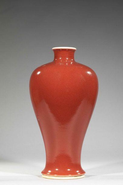 Vase Langyao de forme meipïng à glaçure monochrome...