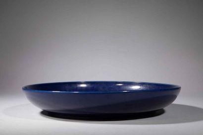 Large plat à décor de grappes de raisins bleu cobalt sous couverte sur fond blanc...